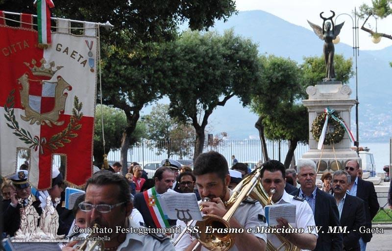Omaggio ai caduti da parte del Sindaco, della comunità dei fedeli e del comitato festeggiamenti
