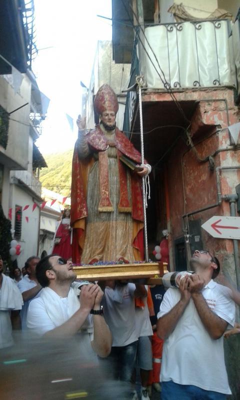 La statua di Sant'Erasmo in processione