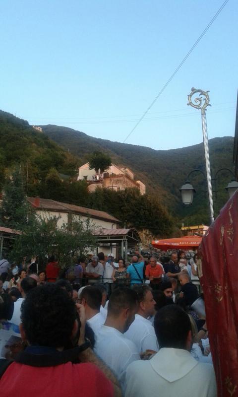La processione si ferma in piazza per la tradizionale calata dell'angelo