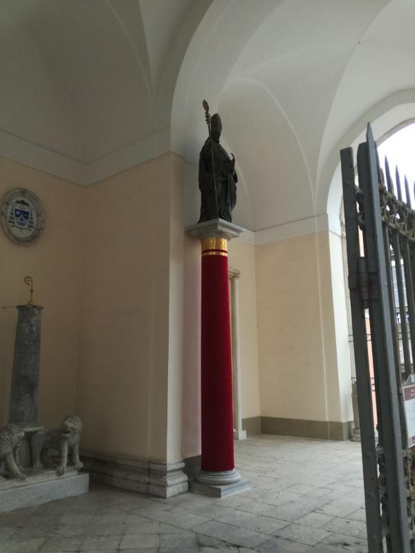 La statua di Sant'Erasmo all'ingresso della cattedrale