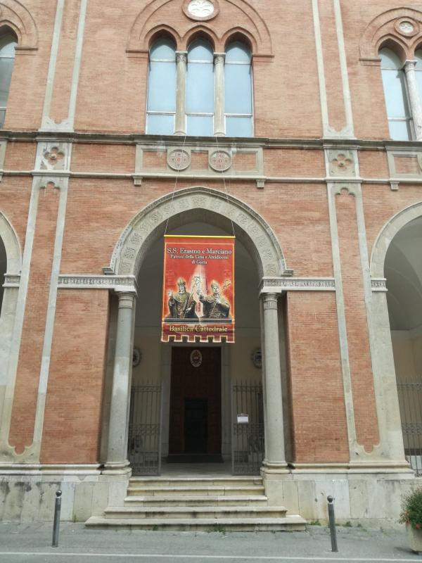 Il Gonfalone sulla facciata della Cattedrale