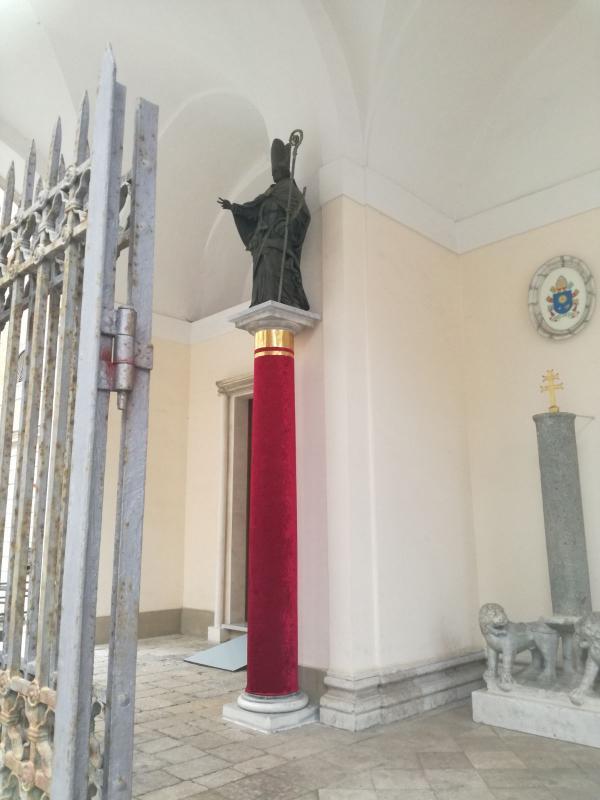 La statua di San Marciano all'ingresso della cattedrale
