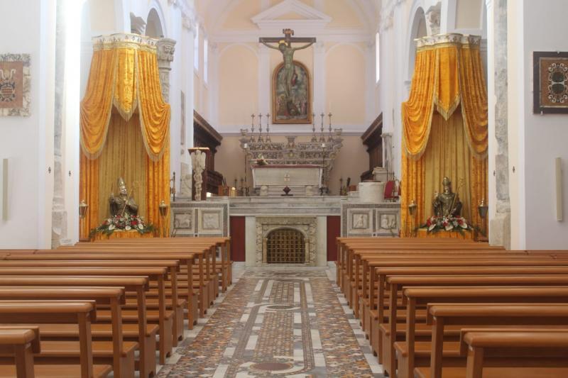 L'interno della Cattedrale con i busti dei Santi Patroni